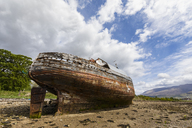 UK, Scotland, Highland, ship wreck at the beach of Corpach - FOF09405