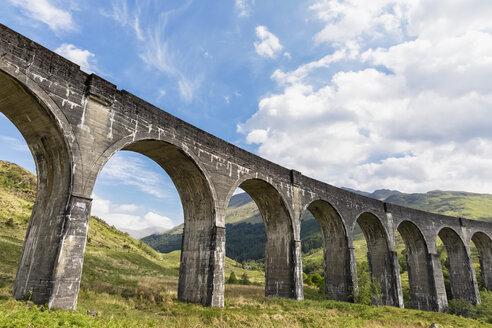 Great Britain, Scotland, Scottish Highlands, Glenfinnan, Glenfinnan Viaduct - FOF09408