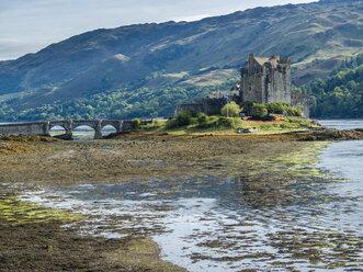 UK, Scotland, Loch Alsh, Kyle of Lochalsh, Eilean Donan Castle - STSF01396