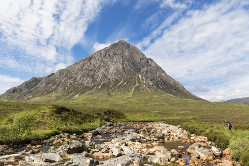 Great Britain, Scotland, Scottish Highlands, Glen Etive, Mountain massif Buachaille Etive Mor, River Coupall, male tourist photographing Mountain Stob Dearg - FOF09453