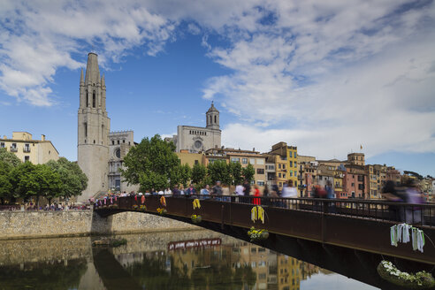 Spain, Girona, Old town with bridge and Cathedral and Church of Sant Feliu - XCF00158