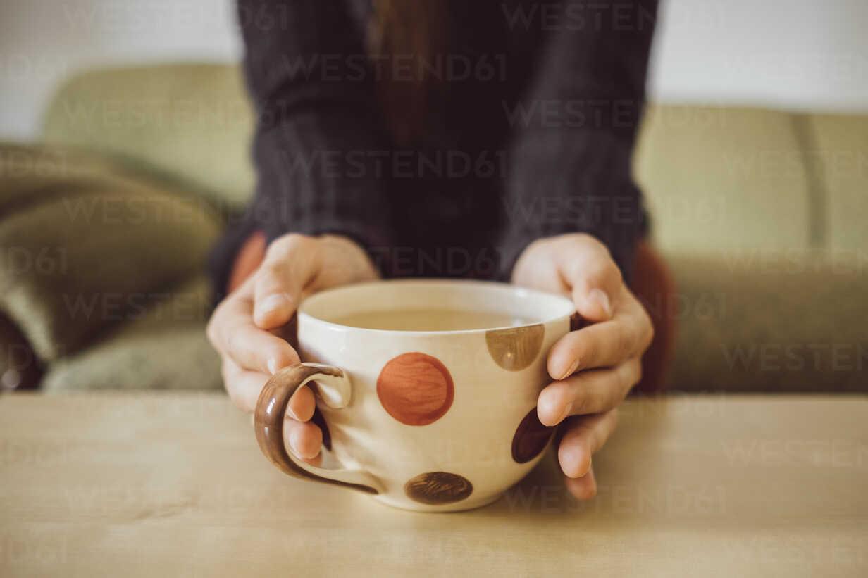 Woman's hands holding tea cup, close-up - JSCF00014 - Jonathan Schöps/Westend61