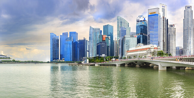 Singapore, view to skyline at Marina Bay - VTF00598