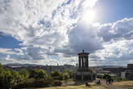 Great Britain, Scotland, Edinburgh, cityscape of old town with castle, Dugald Stewart Monument on Calton Hill - FO09524