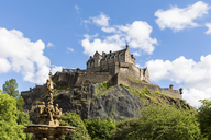 Great Britain, Scotland, Edinburgh, Castle Rock, Edinburgh Castle and Ross Fountain in Princes Street Gardens Park - FOF09533