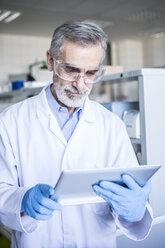 Scientist in lab using tablet - WESTF23740