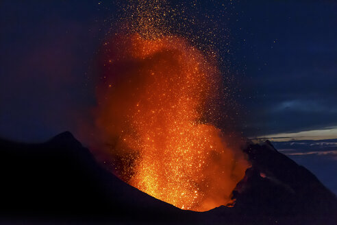 Italy, Aeolian Islands, Stromboli, volcanic eruption before night sky background, lava bombs - THGF00033