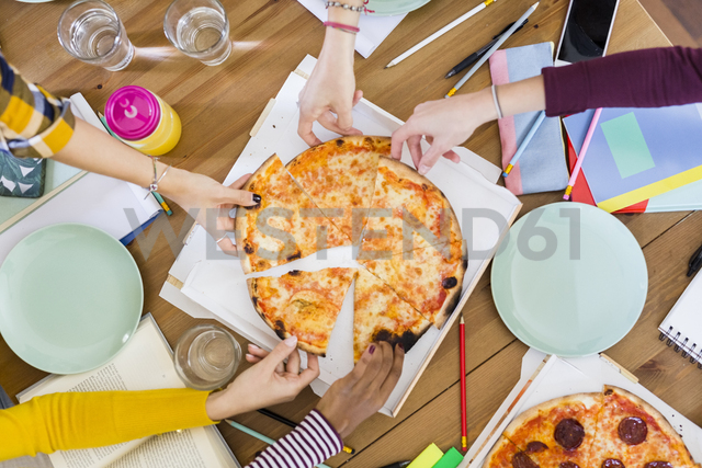 Group of young women at home sharing a pizza - GIOF03396