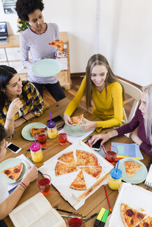 Group of young women at home studying and having pizza - GIOF03402