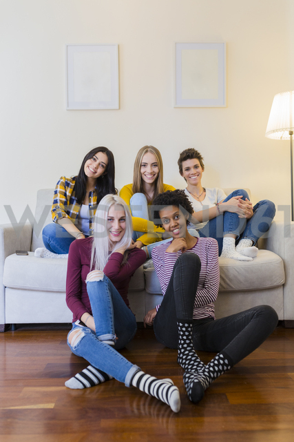 Portrait of group of female friends in living room - GIOF03423 - Giorgio Fochesato/Westend61