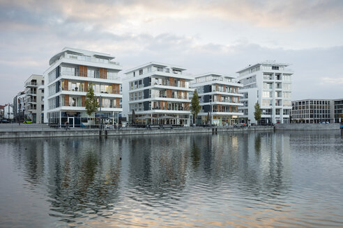 Germany, North Rhine-Westphalia, Dortmund-Hoerde, Phoenix Lake, Residential houses - WIF03459