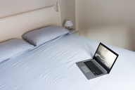 Laptop on a bed - GIOF03467
