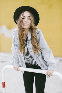Portrait of fashionable young woman wearing hat - GIOF03529