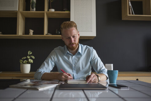 Freelance businessman working at home - MOMF00309
