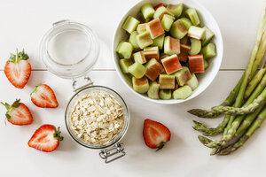 Green asparagus, strawberry, rhubarb and oat flakes - EVGF03279