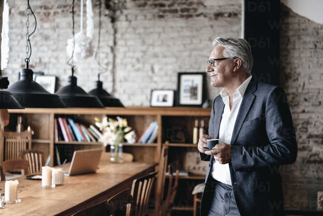 Senior businessman drinking coffee, smiling - GUSF00229 - Gustafsson/Westend61