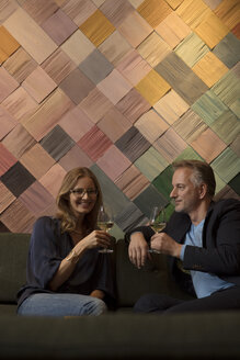 Woman and man drinking wine in bar - SUF00369