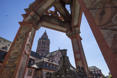 Germany, Rhineland-Palatinate, Mainz, market square, fountain, Mainz Cathedral in the background - PVCF01210