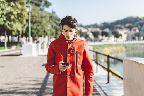 Italy, Verona, tourist using smartphone - GIOF03568