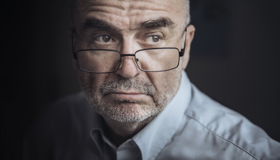 Portrait of serious looking senior man wearing glasses - FRF00616