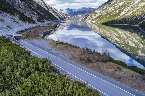 Italy, Lombardy, Lago di Livigno and road - STSF01451