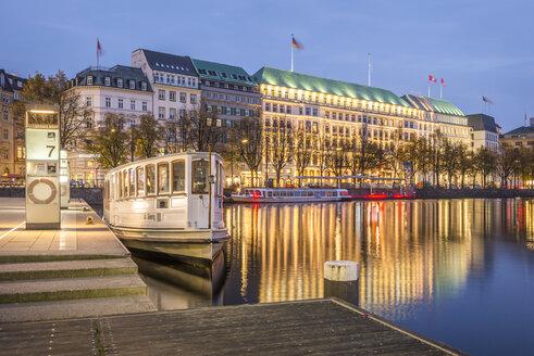 Germany, Hamburg, Inner Alster Lake, Hotel Vier Jahreszeiten, blue hour - KEBF00690