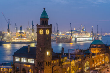 Germany, Hamburg, St. Pauli Landing stages, Gauge Tower, cruise ships at harbour, blue hour - KEBF00699