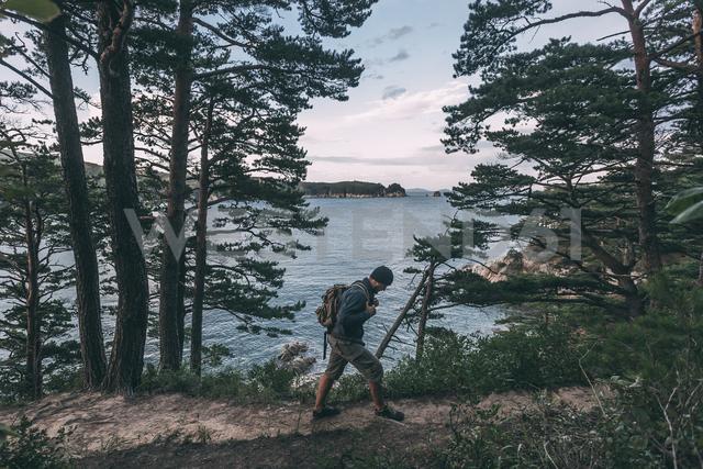 Russia, Far East, Khasanskiy, Japanese sea, man hiking at Telyakovsky bay - VPIF00289