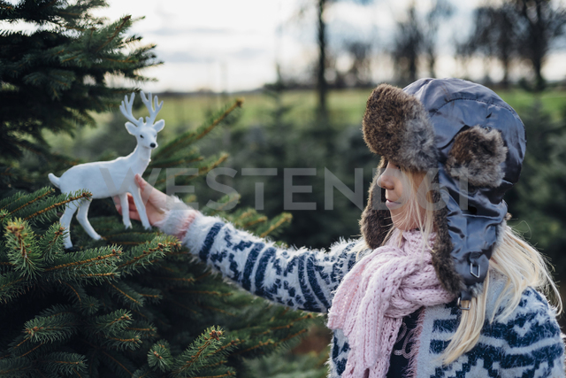 Little girl holding toy reindeer - MJF02209