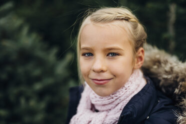 Portrait of a blond little girl, smiling - MJF02230