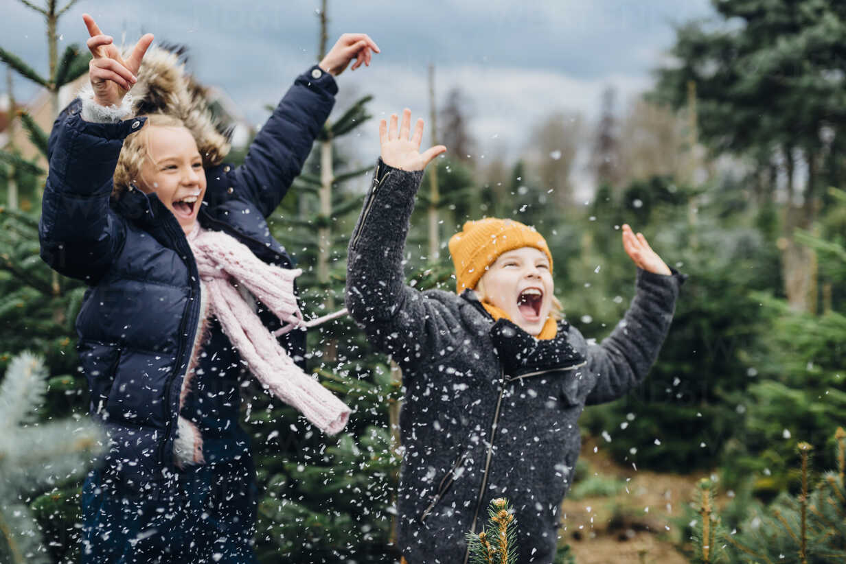 Brother and sister having fun with snow before Christmas - MJF02239 - Jana Mänz/Westend61