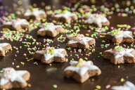 Cinnamon stars with coloured sugar granules - SARF03452