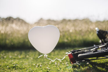 Bicycle and white balloon - GUSF00286