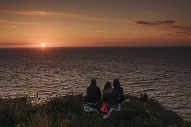 France, friends enjoying sunset - GUSF00301
