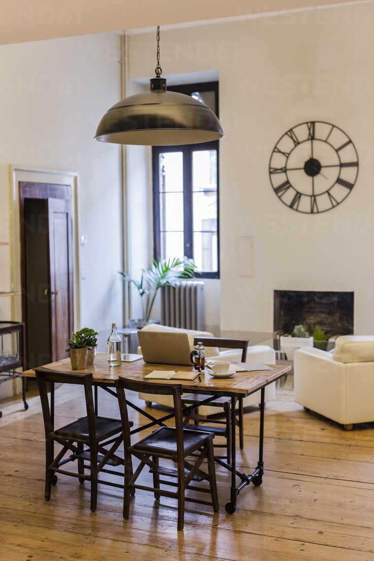 Interior of a cozy home - GIOF03596 - Giorgio Fochesato/Westend61