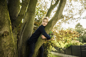 Girl sitting in a tree - MOEF00563