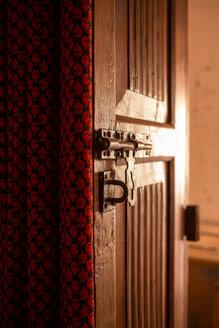 India, Rajasthan, Alwar, Ram Bihari Palace, old door, door latch - NDF00726