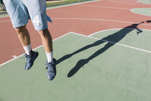 Man playing basketball, jumping, shadow - ALBF00316