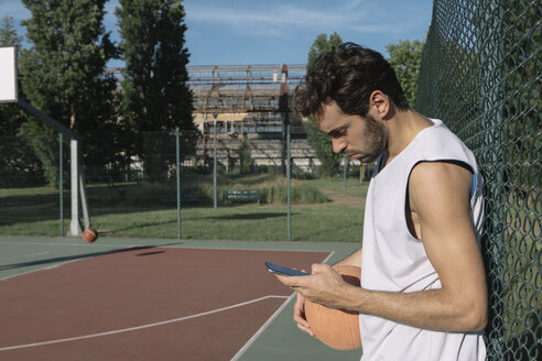 Basketball player looking at the smartphone - ALBF00334