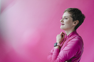 Woman in pink sportswear wearing smartwatch - KNSF03320