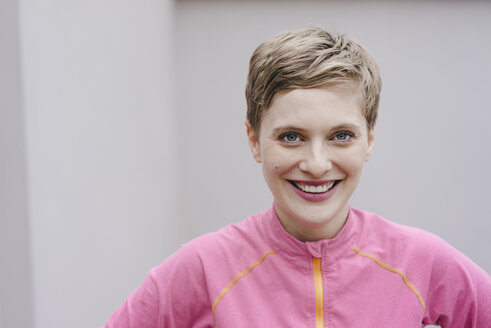 Portrait of smiling woman in sportswear - KNSF03323