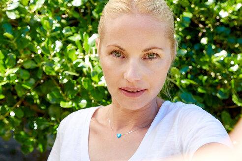 Portrait of blond woman outdoors - SRYF00682