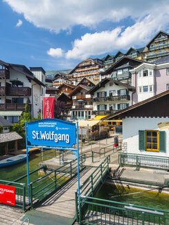 Austria, Salzkammergut, Salzburg State, Lake Wolfgangsee, St. Wolfgang, jetty and sign - AM05580