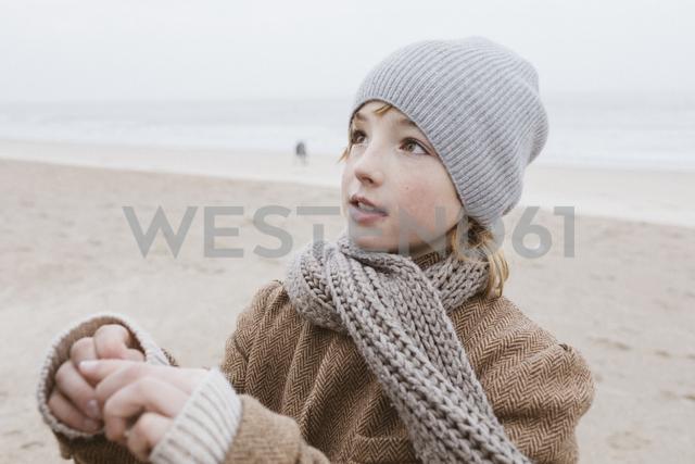 Portrait of boy on the beach in winter - KMKF00104 - Katharina Mikhrin/Westend61