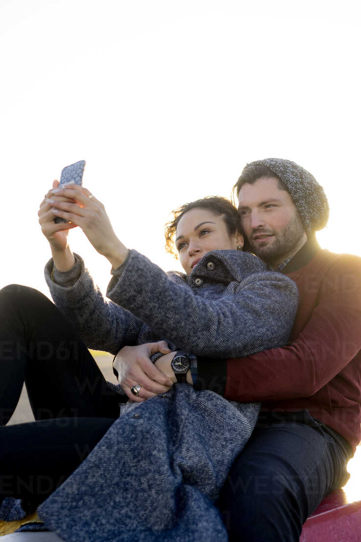 Young couple taking selfie outdoors - HHLMF00146 - harrylidy/Westend61