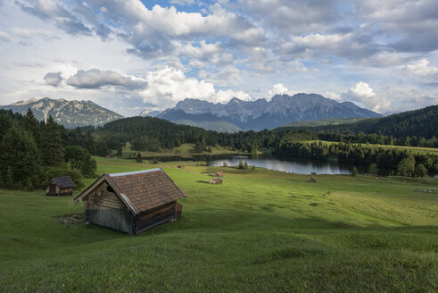Germany, Bavaria, Werdenfelser Land, lake Geroldsee with hay barn, in background the Karwendel mountains - RPSF00076