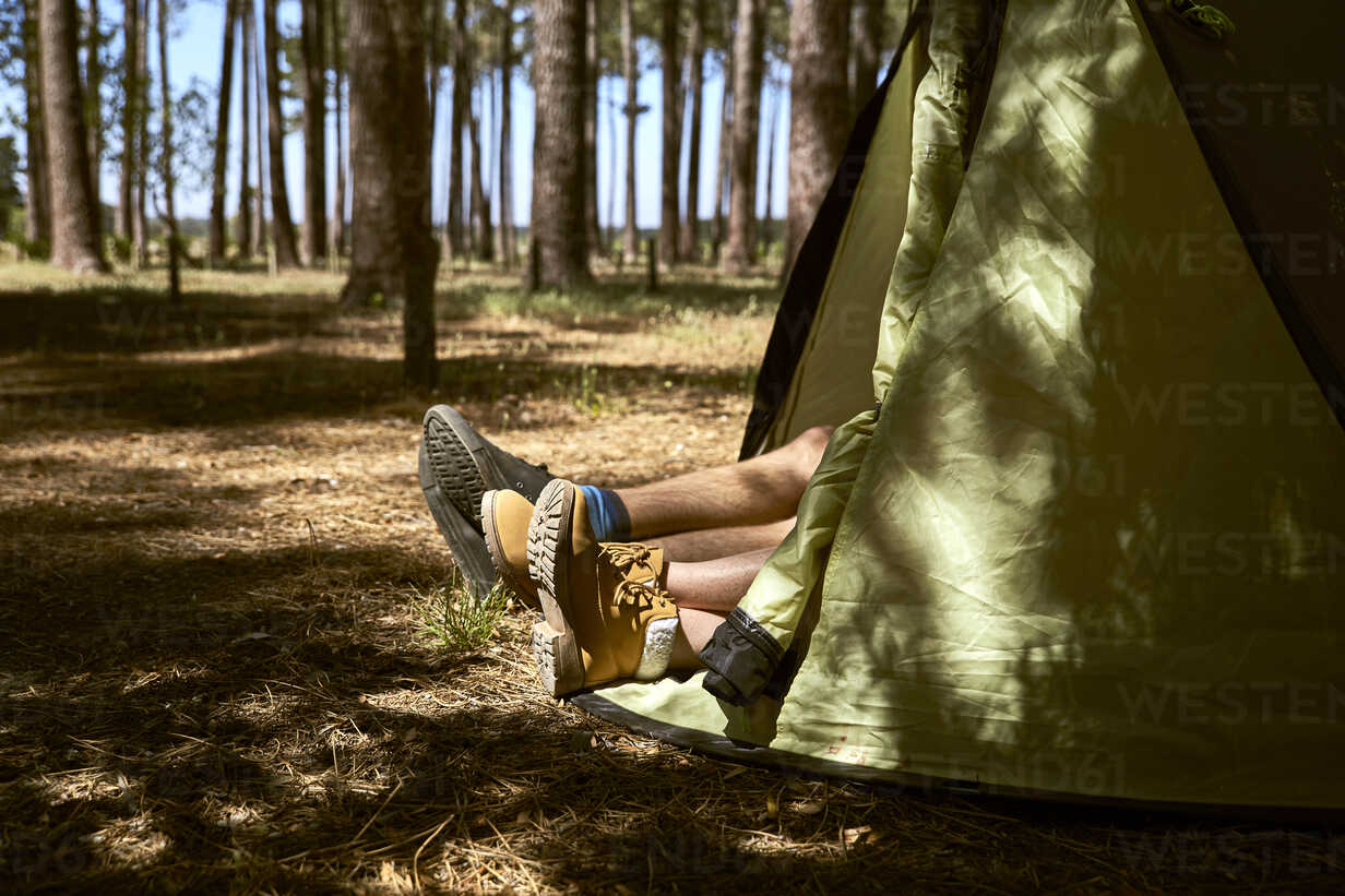 Shoes are sticking out of a tent in forest - SRYF00718 - Martina Ferrari/Westend61
