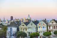 USA, California, San Francisco, Painted Ladies at sunset, Victorian houses at Alamo Square and San Francisco Skyline with Transamerica Pyramid - GEMF01839