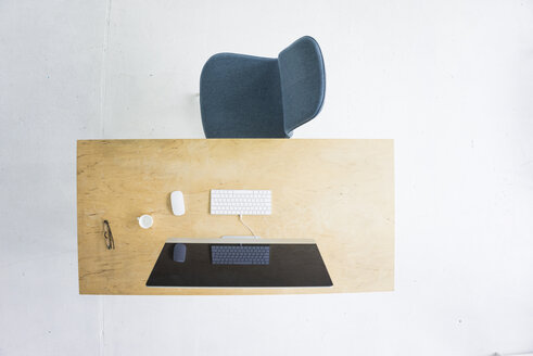 Desk in office seen from above - MOEF00633