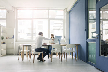 Man and woman discussing in office - MOEF00666